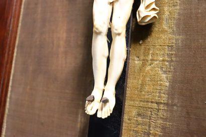 Crucifix  Ivoire sculpté  Fin XVIII ème - début XIX ème  Dans un cadre en bois probablement...