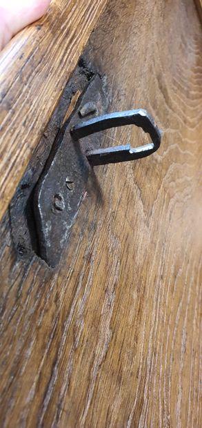 Coffre en chêne sculpté à un abatton à doucines présentant en façade deux chimères...