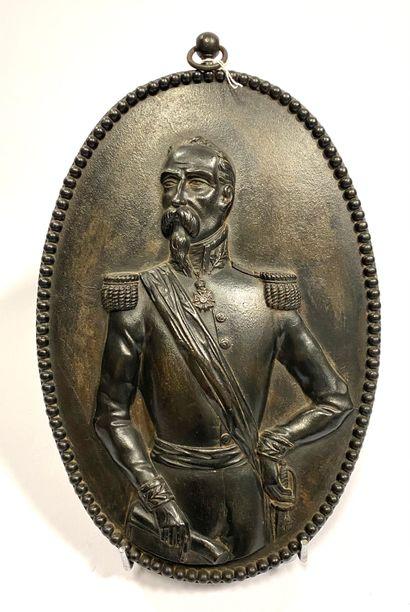Plaque en bronze à patine brune figurant en bas-relief un général du Second Empire,...