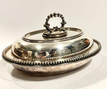 PRINCE DE GALLES  Légumier en métal argenté uni à décor perlé sur les bords, prise...