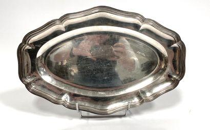 Plat en argent uni de forme ovale à bords chantournés et nervurés  Poinçon Minerve...