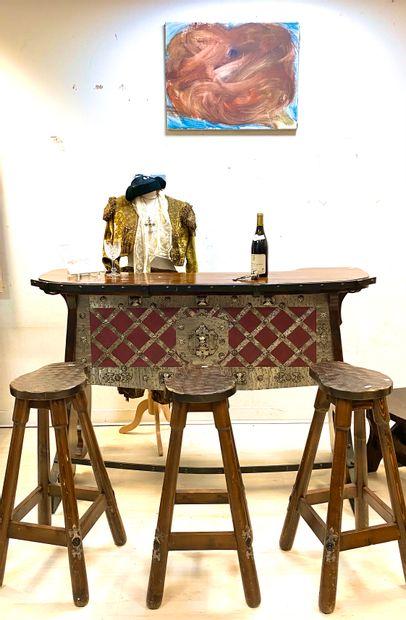 Lot de mobilier rustique en bois naturel comprenant :  - Un bar de style médiéval...