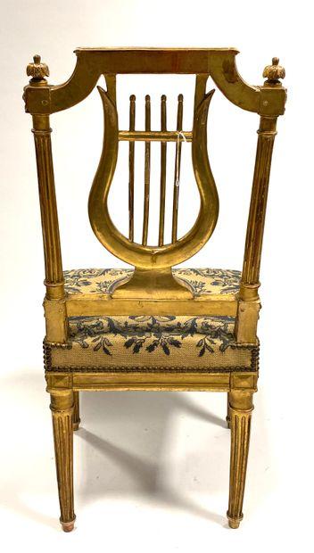 Chaise de cabinet en hêtre doré à dossier lyre, piètement en gaines cannelées, dés...