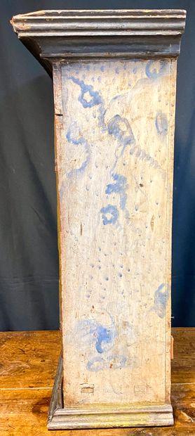 Tabernacle en bois mouluré polychrome ouvrant par deux portes à décor d'épi. Les...