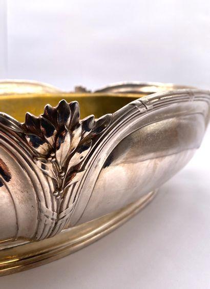 GALLIA  Centre de table en métal argenté à décor de cartouches et feuilles d'olivier....