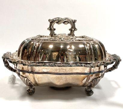 Grand chauffe-plat en métal plaqué reposant sur quatre pieds en enroulements, abondante...