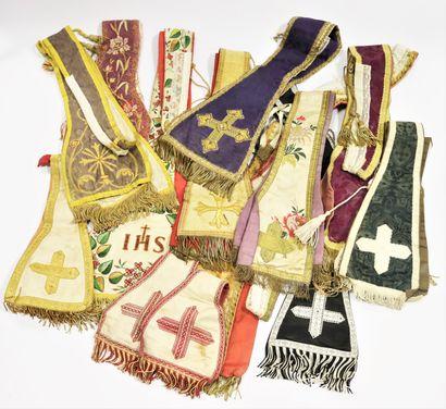 Lot d'habits liturgiques comprenant 10 étoles et un manipule en soie, brocarts et...