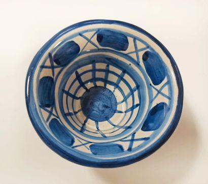 Robert PICAULT (1919-2000)  Grand plat ovale en céramique à décor géométrique bleu...