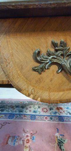 Grand bureau plat de milieu en chêne et bois de placage reposant sur quatre pieds...
