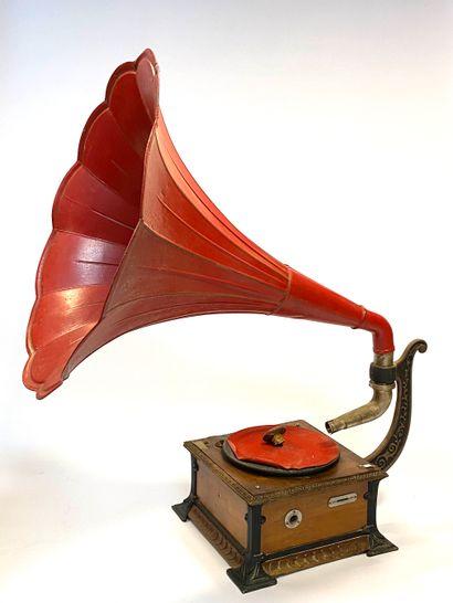 Phonographe à pavillon floral en tôle peinte en rouge, caisse en bois de placage...