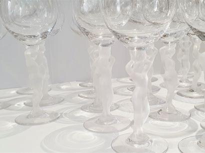Suite de vingt verres à vins aux pieds en verre amati constitués par de délicates...