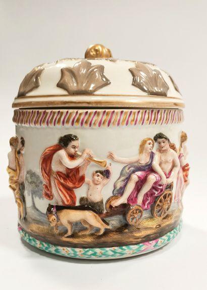 Allemagne, Meissen  Large pot couvert à décor émaillé figurant une procession bachique,...