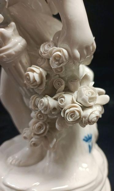 Groupe en biscuit de porcelaine émaillée blanche représentant une allégorie de l'Amour...