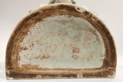 Manufacture SAMSON à Paris  Fontaine murale en porcelaine à décor de godrons, le...