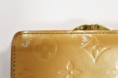 LOUIS VUITTON  Lot comprenant un portefeuille Sarah en toile Monogram, un porte-chéquier...