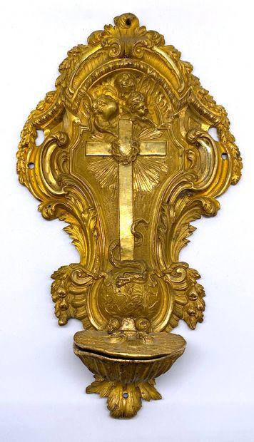 Bénitier en bronze doré à décor richement gravé de la croix plantée sur le monde,...