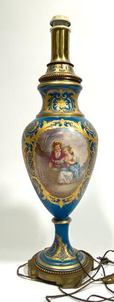 Lampe balustre en porcelaine à décor d'une...