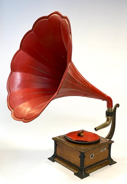 Phonographe à pavillon floral en tôle peinte...