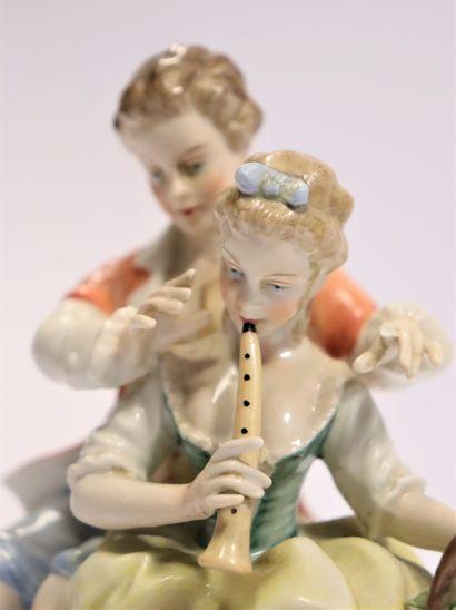 CAPODIMONTE  Groupe en porcelaine représentant une scène pastorale au jeune couple...