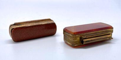 Deux boîtes en pomponne, l'une au couvercle en agate et aux bords à décor guilloché...