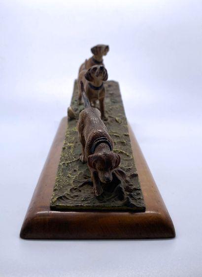 Bronze de Vienne  Chien d'arrêt en action de chasse  Bronze peint  Porte un monogramme...