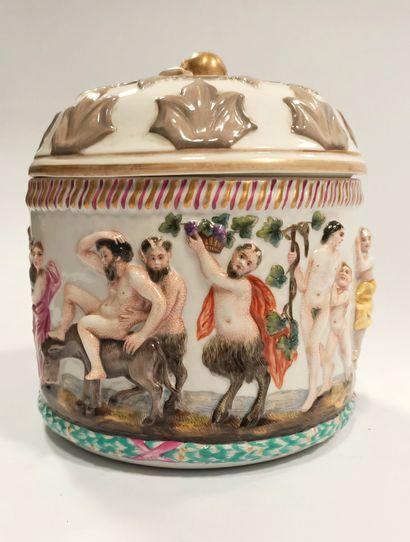 Allemagne, Meissen  Large pot couvert à décor...