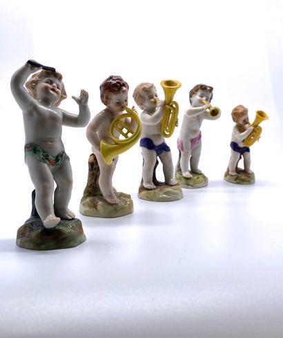 Allemagne (?), milieu du XIX ème  Petit orchestre en porcelaine émaillée comprenant...