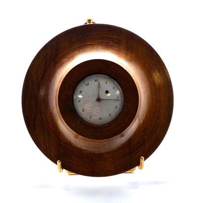 Petite montre mécanique à remontoir manuel, cadran émaillé blanc à chiffres arabes...