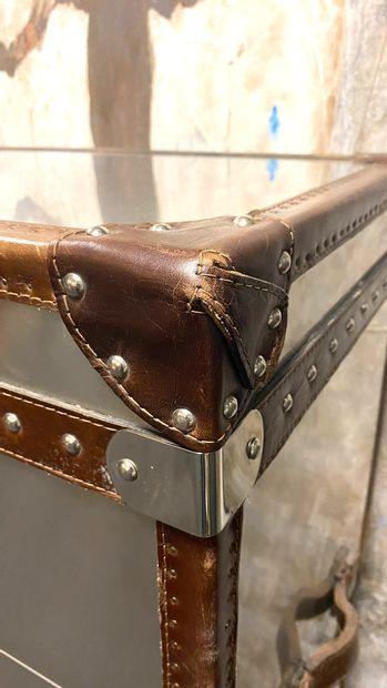 Commode-coffre en aluminium ouvrant par trois tiroirs surmontés d'un coffre à serrure....