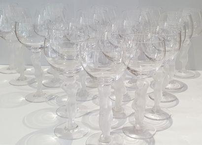 Suite de vingt verres à vins aux pieds en...