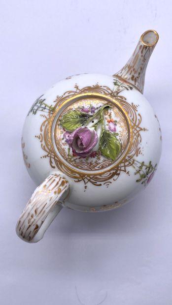 Allemagne XIX ème  Petite théière en porcelaine blanche à décor de jeté de fleurs,...