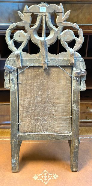 Miroir en bois sculpté et doré à fronton orné d'une lyre antique, guirlandes et...