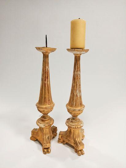 Lot de deux pique-cierges en bois sculpté...