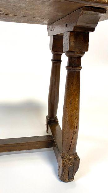 Tabouret en noyer supporté par quatre pieds colonnes réunis par une entretoise en...