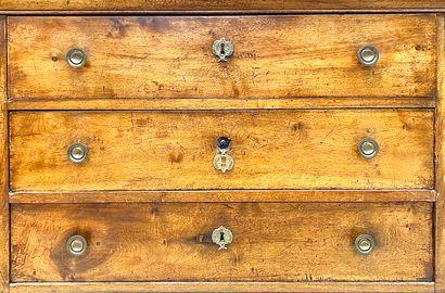 Commode Louis-Philippe en noyer massif ouvrant par trois tiroirs séparés par des...