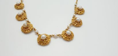 Necklace in yellow gold 18k (750 thousandths), the neckline decorated with 7 rosettes...