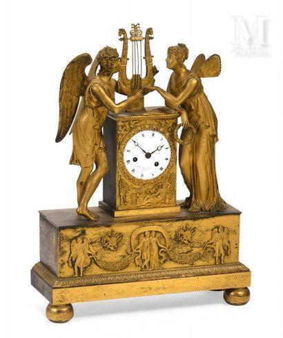 Pendule en bronze ciselé et doré présentant...