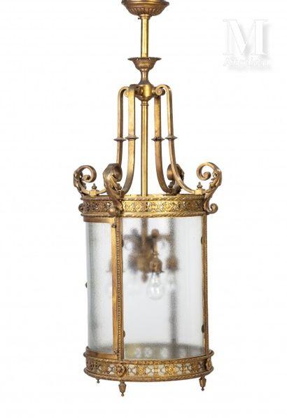 Lanterne de forme cylindrique en bronze ciselé...