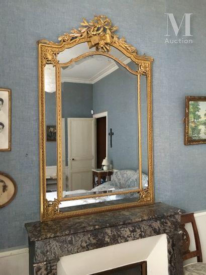 Miroir biseauté à parcloses inscrit dans...