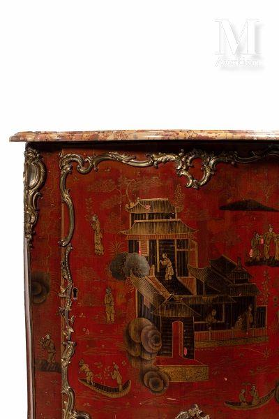 Paire d'encoignures en laque et vernis européen à décor noir et or de pagodes animées...