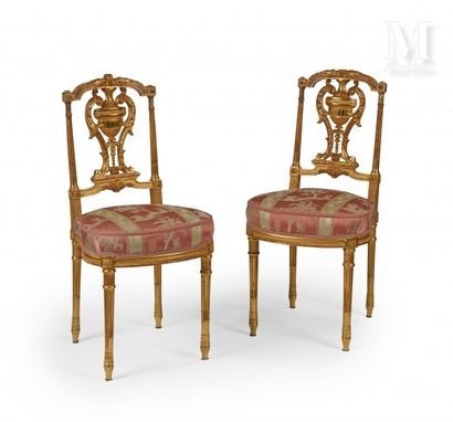 Paire de chaises en bois mouluré, sculpté...