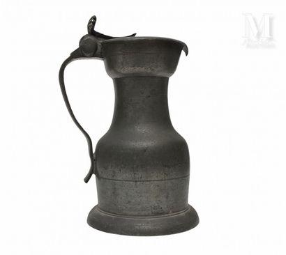 TOURS seconde moitié du XVIII ème siècle Pichet en étain à épaulement, pied et gobelet...