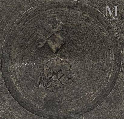 PARIS dernier tiers du XVIIIème siècle Petit pichet à épaulement en étain, pied en...