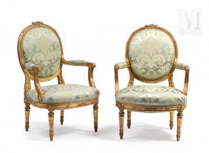 Paire de fauteuils en bois doré à dossier...