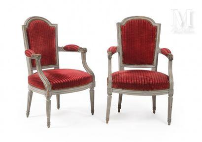 Paire de fauteuils en bois laqué gris, manchettes...