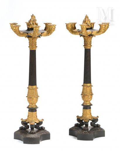 Paire de candélabres en bronze ciselé et...