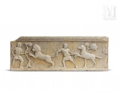 Partie de frise en marbre blanc sculpté en...
