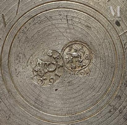 LANGRES fin du XVIIème siècle, avant 1697 Grand pichet balustre en étain à pied et...
