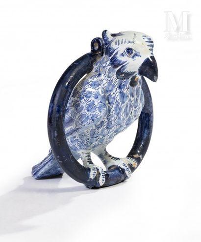 DELFT  Perroquet sur son anneau en faïence...