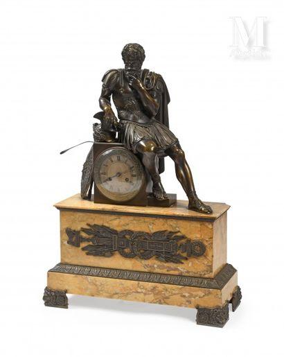 Importante pendule en bronze à patine mordorée...